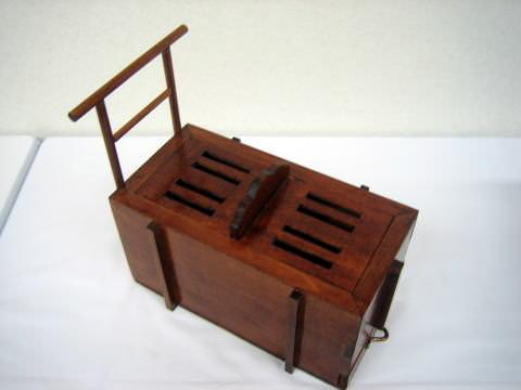 樋箱(ひばこ)、平安時代から江戸時代におけるトイレ(拡大画像)