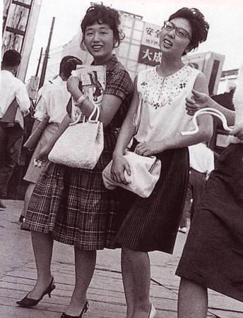 銀ブラをする昭和の女性(拡大画像)