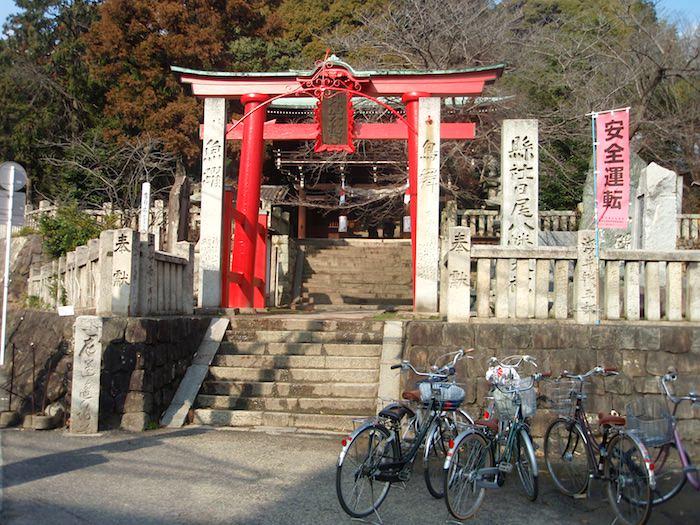 三輪田米山が神官を務めた日尾八幡神社の鳥居の前