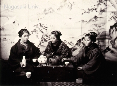 幕末の写真(長火鉢を囲む女性たち)
