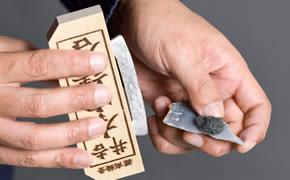 江戸時代の火のつけ方(1.火花を受けるため、火口を火打石に乗せる)
