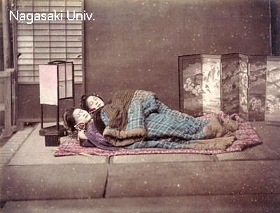 明治時代半ばには上方以外でも四角い掛けふとんで寝るようになった
