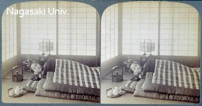 明治時代、現代のように四角い掛け布団で寝る女性
