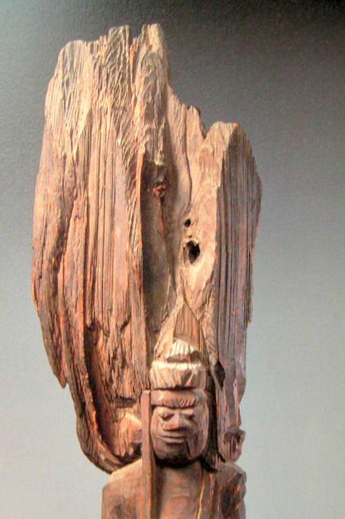 円空仏は木を割った断面や節などもそのままに彫られている