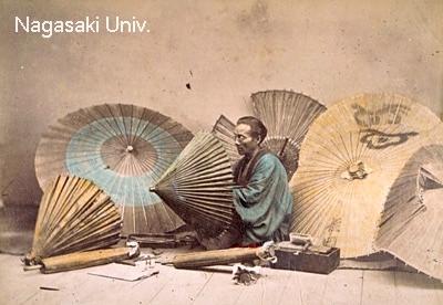 破損した番傘の修繕をする傘職人を撮影した古写真