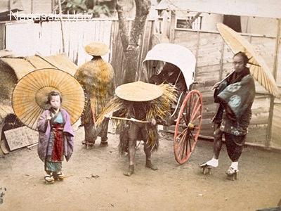 明治時代中期に撮影された雨の日の人力車の写真