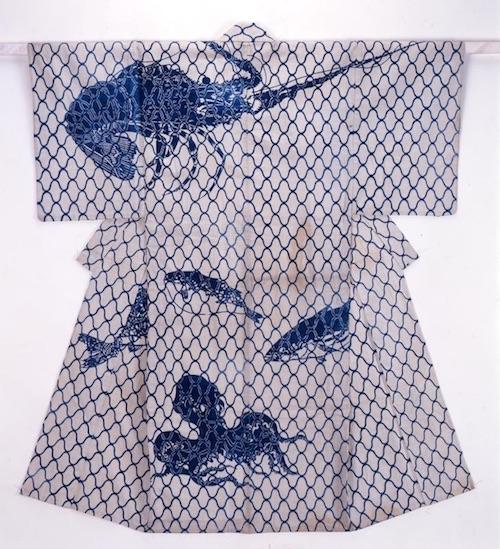 江戸時代後期の浴衣。白地に「大漁紋」と呼ばれる海老や蛸などの柄が大胆にデザインされています(『白木綿地大漁模様浴衣』)