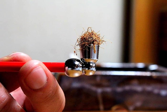 火皿に丸めた刻みタバコを詰める(江戸時代のタバコの吸い方2)