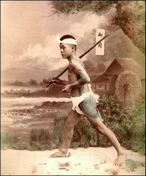 刺青を入れた褌一丁の飛脚(明治時代 撮影)