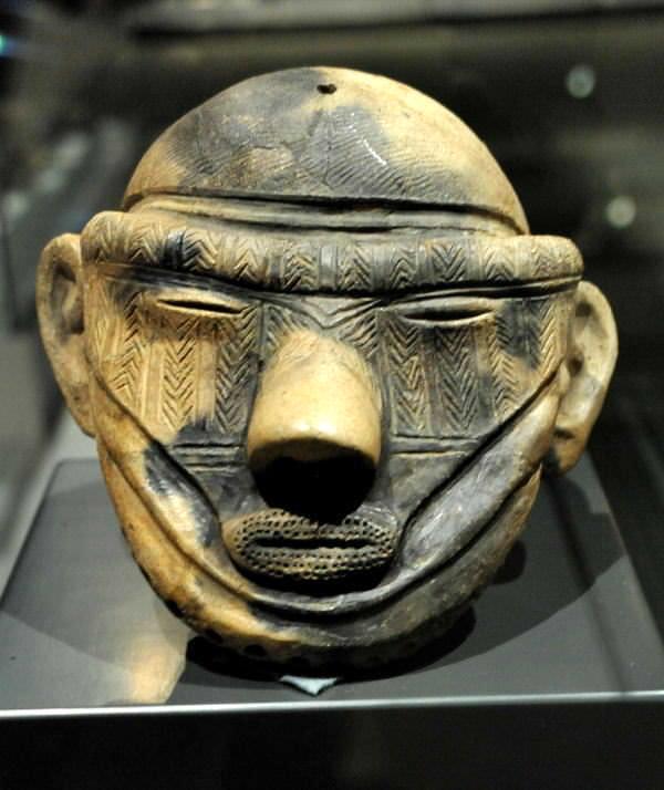 顔全体に刺青が施された縄文土偶(約3000年前、岩手県の萪内遺跡)の拡大画像