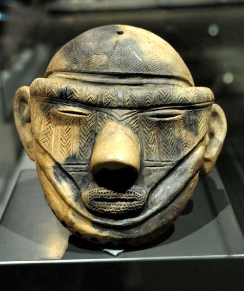 顔全体に刺青が施された縄文土偶(約3,000年前、岩手県の萪内遺跡)