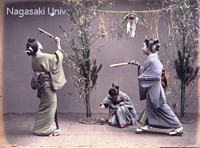 明治時代に撮影された羽根つきをする女性たち