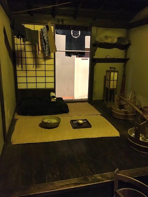 裏長屋の様子。畳を買えない場合はムシロで我慢していた(深川江戸資料館 再現)