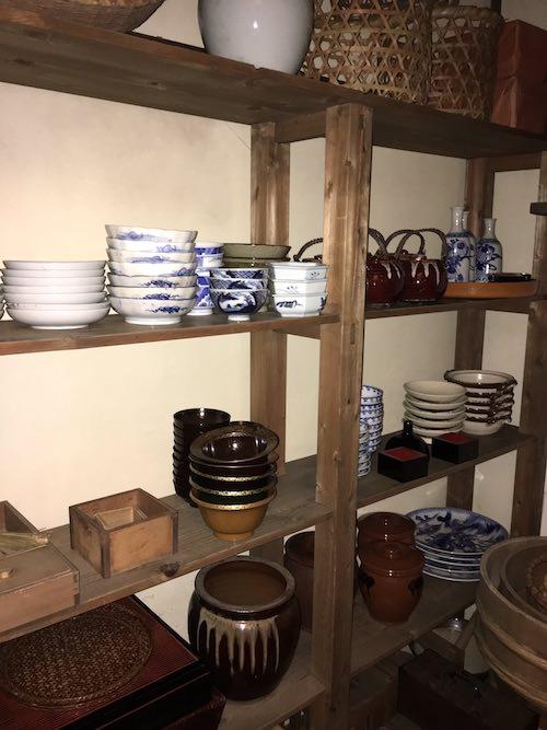 船宿の台所にある食器棚(『江戸名所百人美女』「永代橋」三代歌川豊国 画)