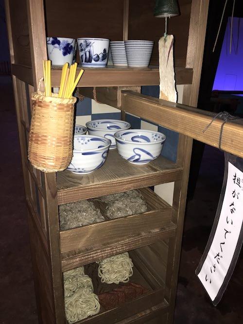 江戸時代の蕎麦屋台にある蕎麦猪口、丼、麺、お箸など(深川江戸資料館 再現)