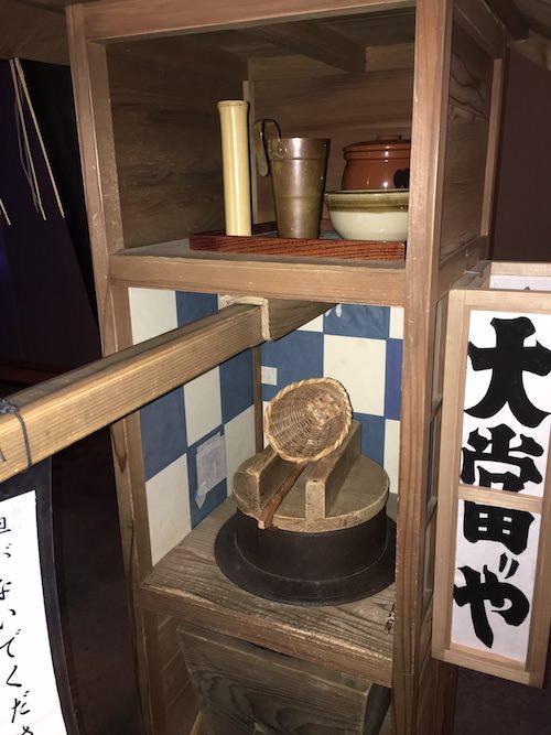 江戸時代の蕎麦屋台にある釜と湯切りなど(深川江戸資料館 再現)