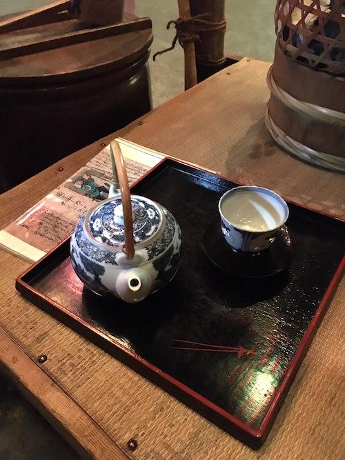 水茶屋では急須ごとお茶を提供した(深川江戸資料館 再現)