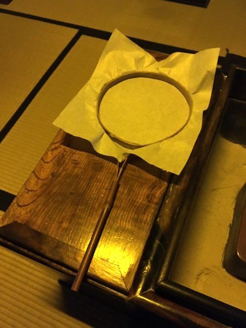 紙ほうろく。茶葉をほうじる道具(深川江戸資料館 再現)