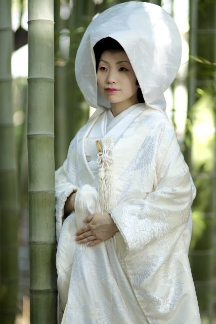綿帽子をかぶる白無垢の花嫁