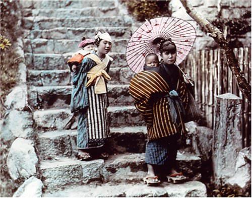 ねんねこ半天を着て子守りをする女の子(明治時代 撮影)