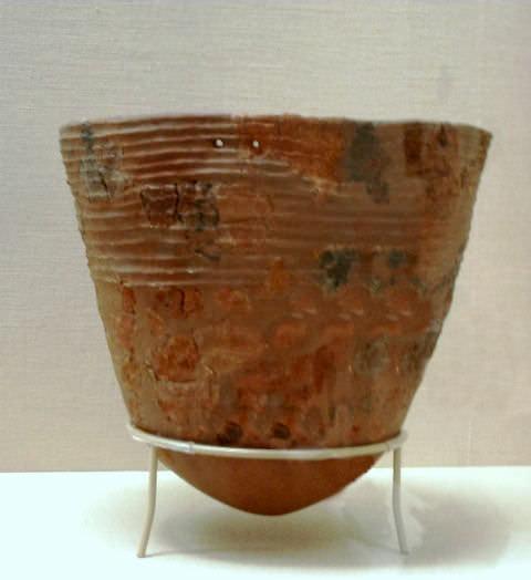 縄文草創期のものとされる丸底深鉢形土器