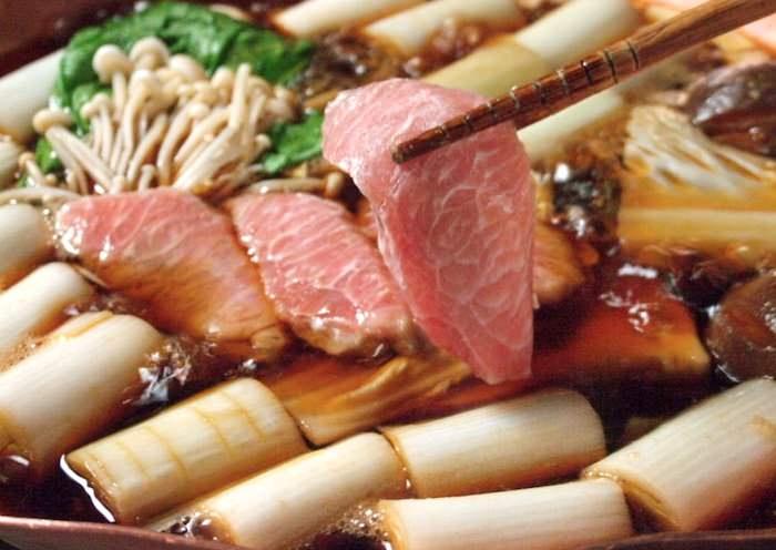 「ねぎま」(トロとネギを使った鍋料理)