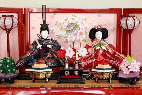 男雛が右(向かって左)・女雛が左(向かって右)のひな人形