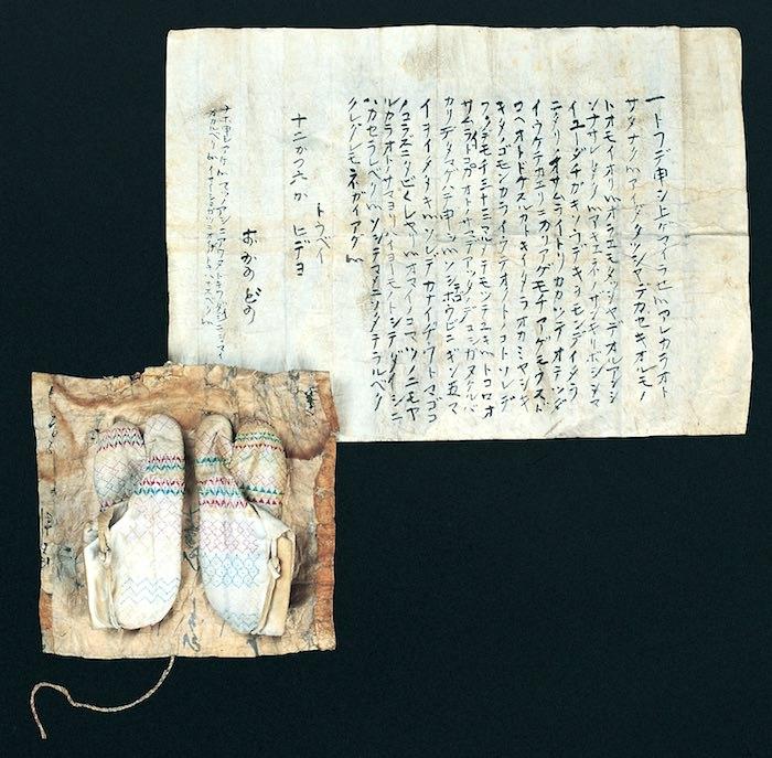 上杉鷹山が助けた老婆の手紙と足袋(米沢市宮坂考古館 展示)