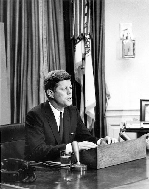 第35代アメリカ大統領J・F・ケネディ。パレード中に暗殺された