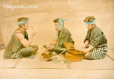 酒盛りをする職人風の男性たち(おそらく明治時代の写真)