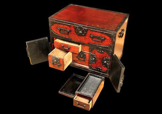 船箪笥は貴重品を盗まれないよう、抽斗(ひきだし)は複雑なカラクリ仕様になっている