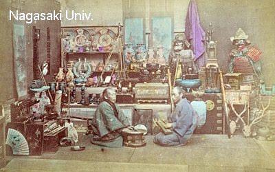 明治時代に撮影された古道具屋の店内
