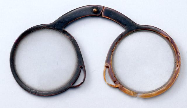 江戸時代の手持ちタイプの眼鏡(オランダからの輸入品といわれる)