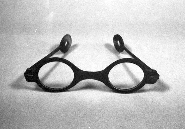 幕末の水牛フレームの「頭痛おさえ眼鏡」