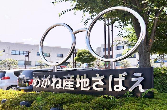 鯖江市駅前の眼鏡モニュメント