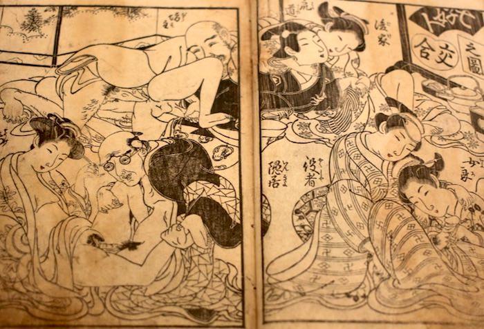 陰間が僧侶と後家の両方の相手をしている(画像中央、『枕童児抜差万遍玉茎』より)
